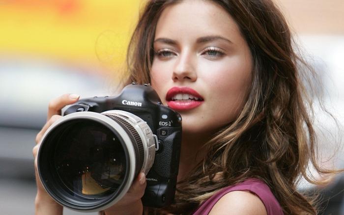 Plakát - Žena s fotoaparátem